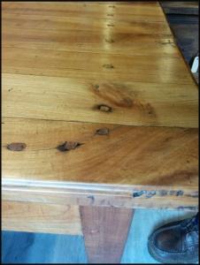 houten pennen in tafelblad