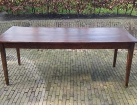 Strakke antieke tafel